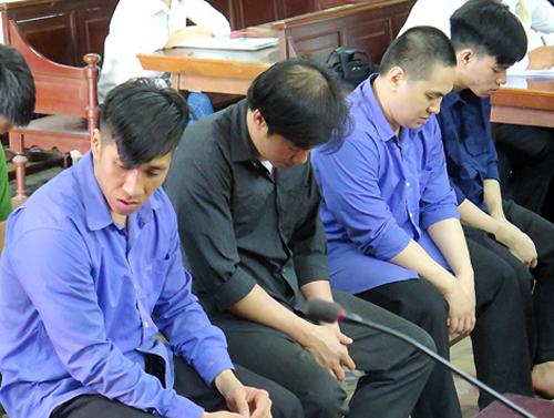 Bị cáo Như (áo đen) cùng đồng phạm tại tòa