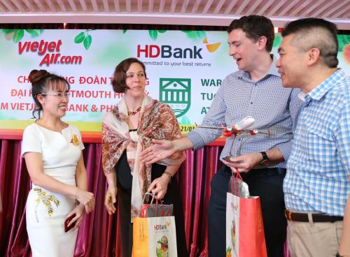 CEO Nguyễn Thị Phương Thảo trò chuyện cùng hai giáo sư Đại học Dartmouth
